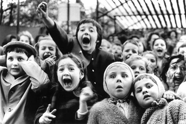 """ბავშვები უყურებენ წარმოდგენას """"წმიდა გიორგი ებრძვის გველეშაპს""""  1963 წელი"""