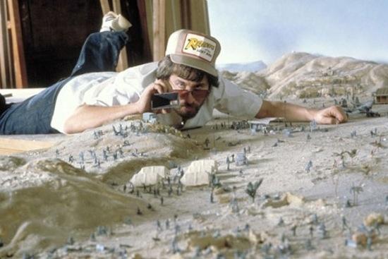 """სტივენ სპილბერგი """"ინდიანა ჯონსი: დაკარგული კიდობანის ძებნაში"""" გადასაღებ მოედანზე"""