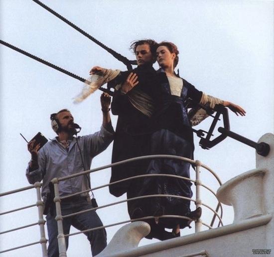 """ჯეიმს კამერონი მსახიობებს აძლევს მითითებებს. """"ტიტანიკი"""" 1997 წელი"""