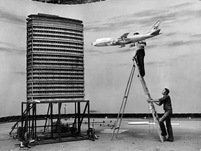 """თვითმფრინავის შეჯახება  ფილმიდან """"მედუზას შეხება"""". 1978 წელი"""