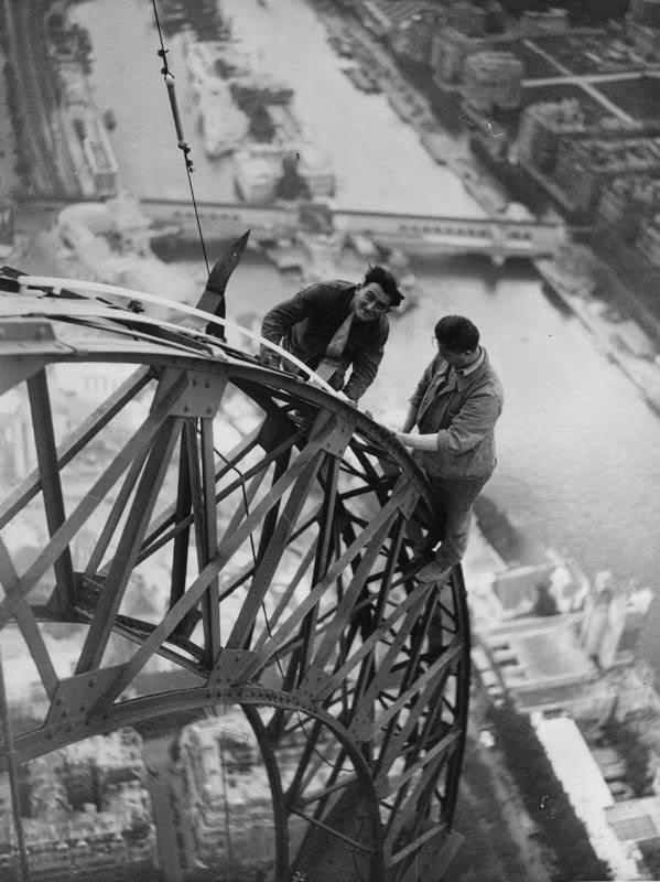 1937 წელი ელექტრიკოსები მუშაობენ კონსტრუქციაზე